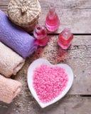 温泉或健康设置 海盐,有芳香的瓶上油, towe 免版税库存图片