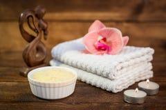 温泉或健康集合 在白色碗,蜡烛, towe的黄海盐 图库摄影