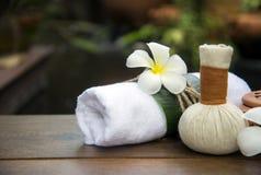 温泉按摩压缩球,在木的草本球与treaments温泉,泰国,软的焦点 免版税库存图片