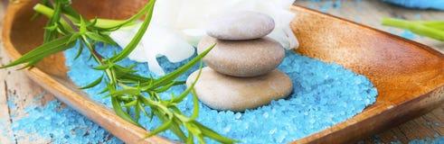 温泉按摩石头和腌制槽用食盐、温泉疗法和健康setti 库存图片