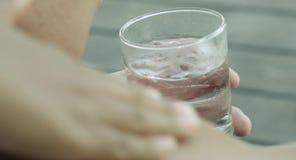 温泉按摩 低角度肩膀 说谎和接受后面按摩的温泉客户 按摩治疗在豪华健康&美容温泉 股票视频