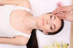 温泉放松, skincare,健康乐趣概念 妇女说谎 库存照片