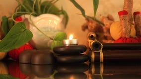 温泉构成燃烧蜡烛、石头身体按摩的,芳香草本和杯子茶道的 关闭按摩 影视素材