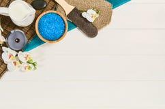 温泉框架顶视图 在白色木桌上的背景 免版税库存照片