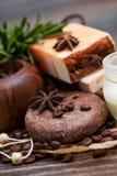 温泉概念:手工制造肥皂用咖啡豆、桂香和茴香 免版税库存照片
