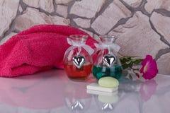 温泉概念 两的健康 芳香集合、肥皂和毛巾 库存图片