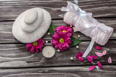 温泉概念 岩石、蜡烛和浴白色毛巾在木backgr 免版税库存照片