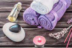 温泉概念 熏衣草油、淡紫色花和浴白色和p 免版税图库摄影