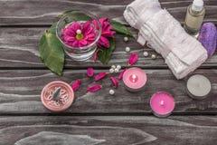 温泉概念 熏衣草油、花和浴白色毛巾 库存图片