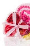 温泉概念-用肥皂擦洗在一个心形的配件箱的泡沫玫瑰在浴towe 免版税库存图片