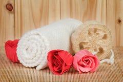 温泉概念-用肥皂擦洗泡沫玫瑰和毛巾 免版税库存图片