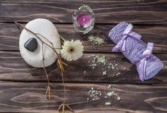 温泉概念 花、蜡烛、芳香盐和浴紫色towe 免版税图库摄影