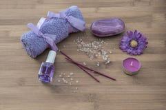 温泉概念 花,蜡烛,芳香盐,肥皂 库存图片
