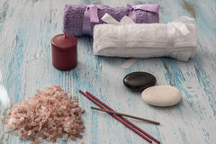 温泉概念 蜡烛、芳香盐和毛巾 免版税库存图片