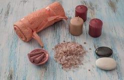 温泉概念 蜡烛、芳香盐和浴桔子毛巾 免版税库存图片