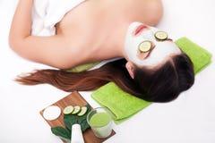 温泉概念 递应用在女性面孔的养育的面具在温泉沙龙 库存图片