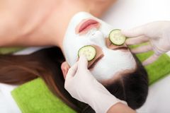 温泉概念 递应用在女性面孔的养育的面具在温泉沙龙 免版税库存图片