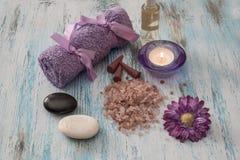 温泉概念 lavander油开花,对光检查,芳香盐, 免版税库存图片