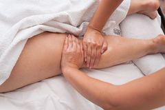 温泉沙龙按摩疗法和秀丽治疗的妇女 库存照片