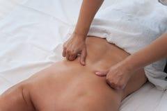温泉沙龙按摩疗法和秀丽治疗的妇女 免版税库存照片