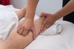 温泉沙龙按摩疗法和秀丽治疗的妇女 免版税库存图片