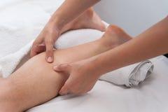 温泉沙龙按摩疗法和秀丽治疗的妇女 库存图片