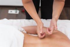 温泉沙龙按摩疗法和秀丽治疗的妇女 图库摄影
