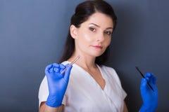 温泉沙龙的妇女美容师 免版税库存照片