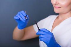 温泉沙龙的妇女美容师 库存照片