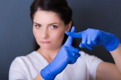 温泉沙龙的妇女美容师 库存图片