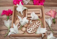 温泉治疗和按摩产品 卫生间礼节,在一张木桌上的顶视图,装饰用花 妇女的礼物盒 免版税库存照片