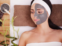 温泉泥屏蔽 温泉沙龙的妇女 面罩 面部黏土面具 处理 免版税图库摄影