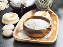 温泉海盐设置用淡紫色、芳香疗法蜡烛和埃斯 免版税库存图片