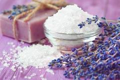温泉渡假胜地和健康构成-淡紫色花,色沐浴肥皂和盐 免版税库存图片