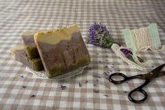 温泉渡假胜地和健康构成-淡紫色花,色 免版税库存照片
