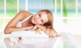 温泉渡假胜地的美丽的妇女 免版税库存图片