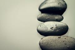 温泉热的石头的美好的图片,看法从上面 黑暗的backg 库存照片