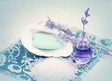 温泉用淡紫色和海盐 免版税库存图片