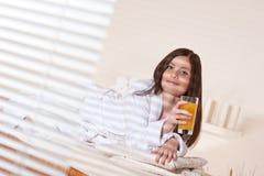 温泉疗法处理健康妇女年轻人 库存图片