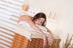 温泉疗法处理健康妇女年轻人 免版税库存照片
