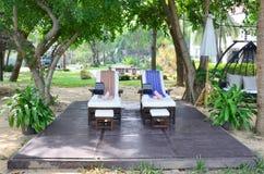 温泉的家具和泰国按摩在庭院里 免版税库存照片