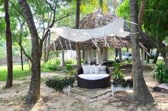 温泉的家具和泰国按摩在庭院里 免版税库存图片