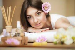 温泉的年轻美丽的妇女 芳香油和黄油 查找好 健康和秀丽的概念 改善在温泉沙龙 免版税图库摄影