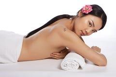 温泉的美丽的露胸部的亚裔妇女 免版税库存图片