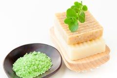 温泉的自然手工制造肥皂和腌制槽用食盐 免版税图库摄影