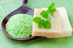 温泉的自然手工制造肥皂和腌制槽用食盐 库存照片
