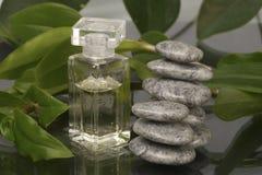 温泉石头和瓶油 免版税库存照片