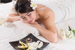 温泉秀丽皮肤白色毛巾的治疗妇女 华美的beautif 免版税库存照片