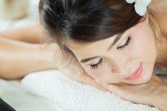 温泉秀丽皮肤白色毛巾的治疗妇女 华美的beautif 库存图片