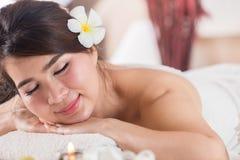 温泉秀丽皮肤白色毛巾的治疗妇女 华美的beautif 免版税库存图片